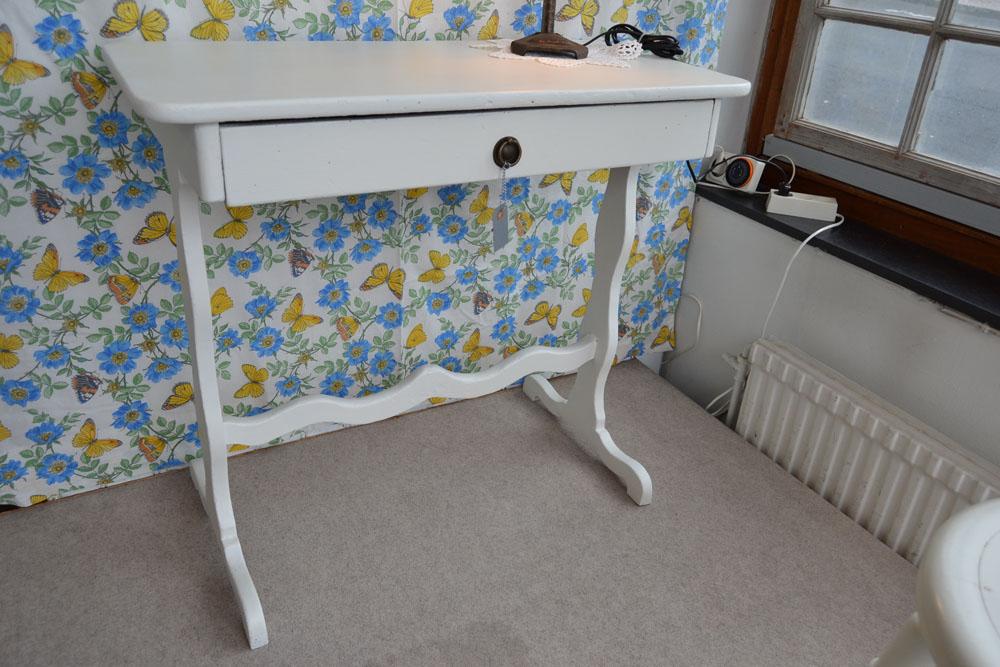 litet matbord med iläggsskiva