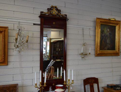 Spegel i Gustaviansk stil förgyllt krön