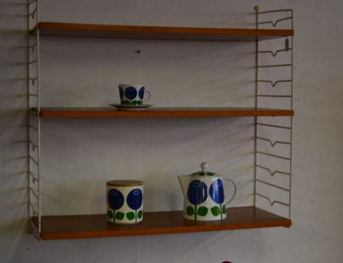Stringbokhylla med  vita gavlar