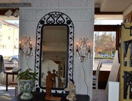 Spegel i svart smide fasettslipat glas