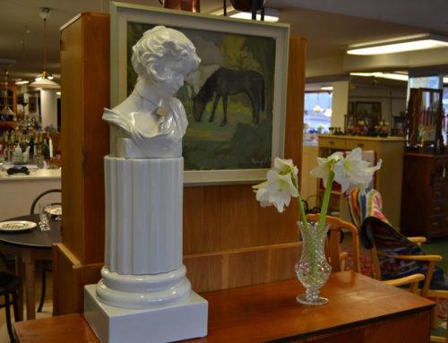 Piedestal med tillhörande byst  vitt porslin