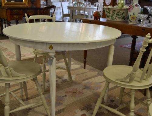 Runt vitt matbord i gustaviansk stil