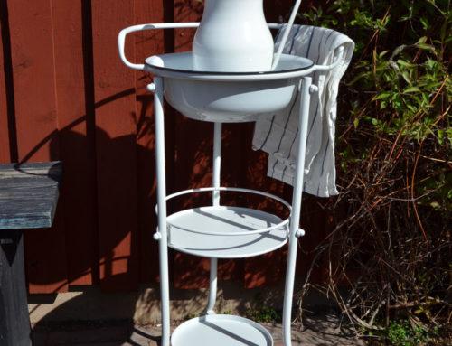Tvättställ i vitlackad metall perfekt till uteplatsen  sommarstugan