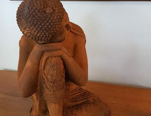 Buddha i rostfärgad metall
