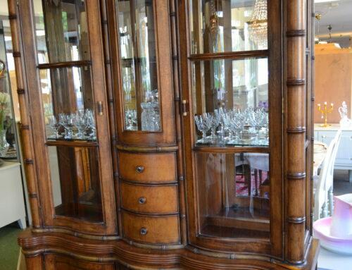 Vitrinskåp med belysning glashyllor samt speglar inv