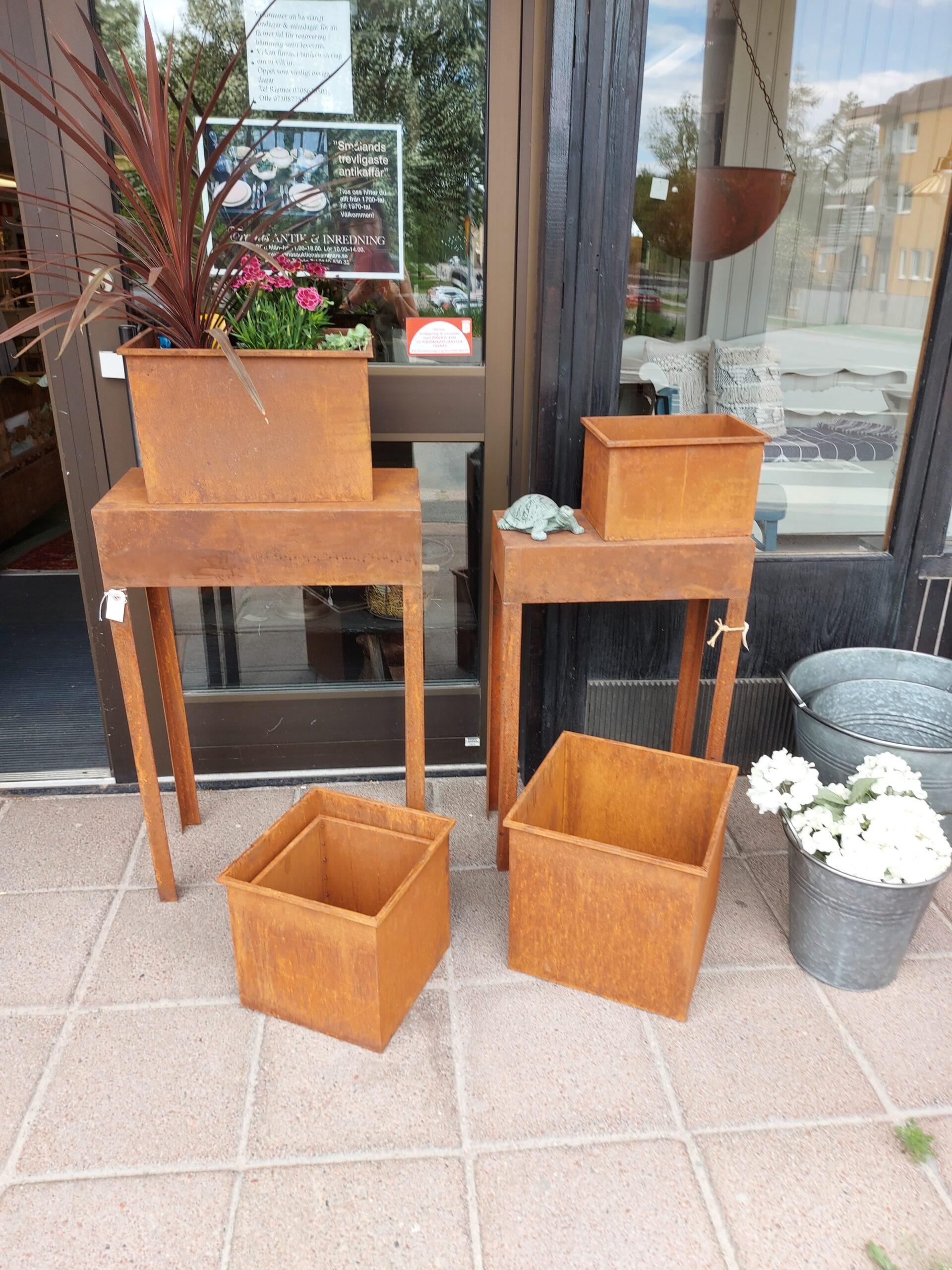 Bord och planteringslådor i rost